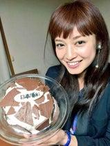 AKINAが天野会でサッカー観戦、平愛梨の手作りケーキを公開