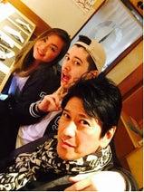 川崎麻世が20歳の息子とその恋人との3ショット公開