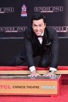 ドニー・イェン、ハリウッドに手形刻む 「スター・ウォーズ」シリーズ7人目の快挙