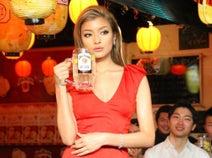 ローラが胸元ざっくりのSEXYドレスで乾杯! 「渋谷ビームハイボール横丁」が期間限定オープン
