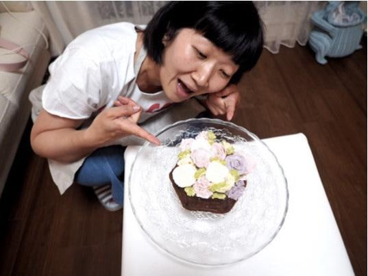 川村エミコ 「女子力高め」なケーキ作りに初挑戦し、酔いしれる