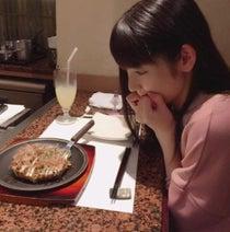 道重さゆみ 大阪満喫、自身のフィギュアとお好み焼きランチ