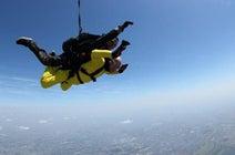 高橋名人が滝行、虫食いに続きスカイダイビングに挑戦