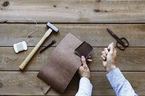 土屋鞄製造所、ヌメ革の道具箱を作れる本格的なレザークラフトキットを7月発売