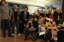 ジョニー・デップ、真夜中の到着でも神対応 ファン1000人熱狂