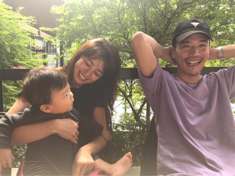 中林美和友人の赤ちゃん抱っこし夫zeebraと3ショット134
