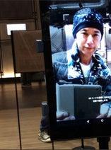 大浦龍宇一が脚とスニーカーだけの「まさかの心霊写真」撮影