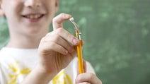 鉛筆で紙爆弾を発射!-鉛筆をスリングショットにする「PENPOW」