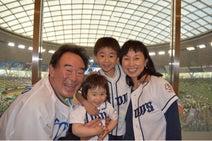 東尾理子、子どもを連れて父の始球式へ「ライオンズの応援に力が入りました」
