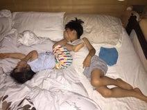 東尾理子、息子&娘の寝相写真公開「どんな事があっても、妹大好きな兄です」