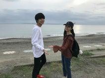 『あな家』萩原利久、海で麗奈役の桜田ひよりとオフショット公開「いよいよ茄子田家の秘密が分かりますよ」