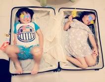 インリン、双子がスーツケースにすっぽり収まる「ワタシもパパと一緒に日本へいくからっ!」