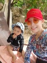 小原正子、宮古島で海遊びするも砂が苦手な次男は「気持ち悪い~」