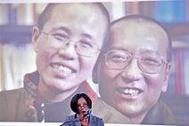 劉暁波氏死去1年で追悼集会