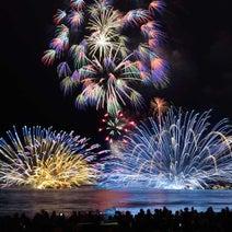 東京近郊の海辺で開催される花火大会5選!波の音を聞きながら、水面に映る美しい花火に感動して