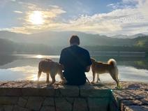 篠原信一、愛犬たちを連れて白川ダムへ「マイナスイオンが...」