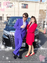 田中美奈子、マイケル富岡とバブリー衣装で2ショット「スタイリストさんも大変」
