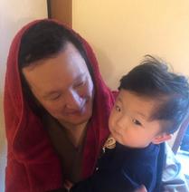 市川海老蔵、そっくりな息子を抱っこする中村獅童を公開「本当に瓜二つ」「可愛い」の声