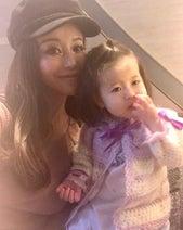 窪塚洋介の妻・PINKY、母&娘とホテルでアフタヌーンティー 親子2代で着る手編みの服も紹介