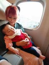 浜田ブリトニー、娘・雫ちゃんが初めての新幹線で爆睡「お利口さんでした」