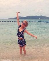 新垣里沙、沖縄のビーチで水着ショットを公開「ザ・女優!」「セレブみたい」の声