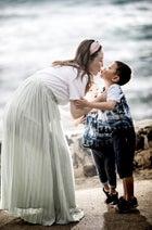 小原正子、息子2人や夫とのキスショットを公開「ホントに素敵」「幸せ家族」の声