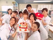 『白衣の戦士!』共演者の誕生日を現場でお祝い「萌香ちゃんは私の癒し」