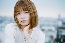 足立佳奈、新曲『ひとりよがり』配信スタート MVも公開 深夜の駅での歌唱シーンに注目