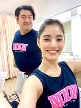 新木優子『モトカレマニア』で共演の小手伸也と2ショット「とっても心強い」