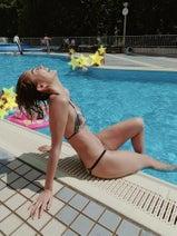 平アスカ、プールでのビキニ姿を公開「すこしアートな写真が撮れた」