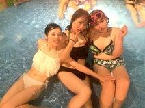 女芸人4人でプールへ行き水着姿を公開「ついに脱いでくれました!!!」
