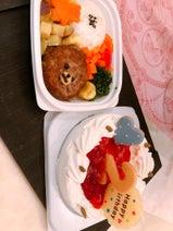 渡辺美奈代、愛犬の誕生日祝いの様子を公開「買ってきたcakeにアレンジ」