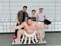 はなわ、両親と初の相撲観戦「親孝行にもってこいの大相撲。おすすめです」