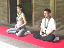妊娠中の妻・高橋ユウと寺で座禅「修行僧になる覚悟で来た」