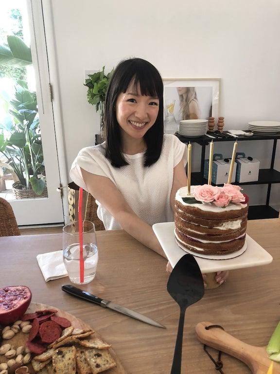 """片づけコンサルタント""""こんまり""""、サプライズの誕生日ケーキに「なんだか最先端な感じ」"""