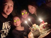 金子貴俊、娘の7歳誕生日を祝う家族ショット公開「餃子を100個包みたっぷり焼きましたー!」