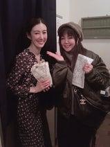 小川菜摘、ともさかりえ出演の舞台を観劇「立ち姿も美しく魅せられました」