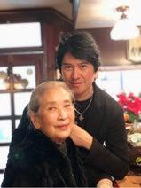 川崎麻世、実家で母親と2ショット「元気で何より」「素敵」の声