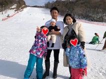 魔裟斗、ゲレンデでの家族ショットを公開「走りまくりTシャツでした」