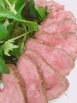 """小川菜摘、""""無茶旨""""なローストビーフのレシピを紹介「今回はちょっと違う方法で作りました」"""