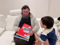 アレク、父が来訪し息子と交流「絵本読んでるよ」