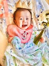 キンタロー。娘が生後4か月を迎え記念ショット「女王様かのような1枚に」