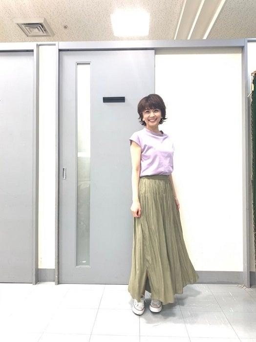 """小林麻耶、""""2990円""""のユニクロ服で夏コーデ「サラサラしていて履き心地がイイ」"""
