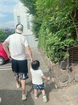 """川崎希、夫・アレクと息子の""""そっくり""""な後ろ姿を公開「短パンばっかり」"""