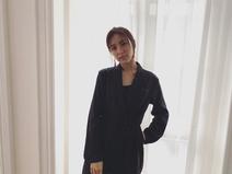 石川恋、モードな黒のリネンジャンプスーツ姿に称賛の声