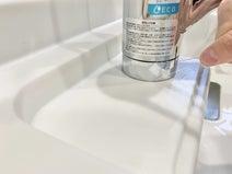 デンタルフロスが、水栓の隙間掃除に最適。汚れを強力にかき出した