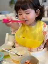 相沢まき、一生懸命ご飯を食べる娘の姿を紹介「箸の持ち方のクセが強い」
