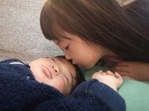 蛯原英里、娘が息子のおでこにキスをする写真を発見「写真の整理をしていたら」