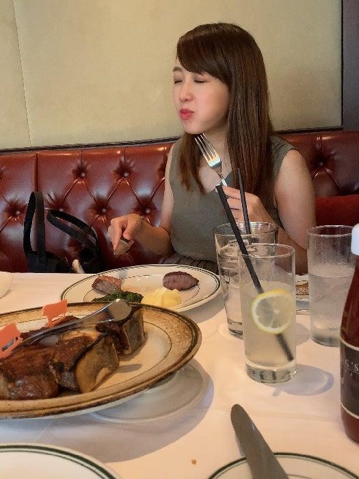 """川崎希&アレク、""""短パンNG""""の店で豪華ステーキを堪能「すごい迫力だな」"""
