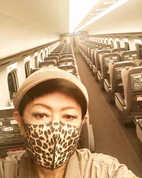 美川憲一、新幹線の中で撮った自撮りショットを公開「貸し切り状態よ~」